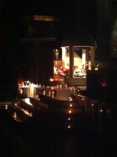 La crèche de Noël à gauche du chœur.