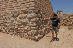 Alain, notre guide, nous explique que le boudin de ciment est obligatoire pour montrer où finissent les ruines découvertes, et où commence la reconstruction/restauration.