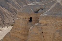 L'une des grottes où furent découverts les rouleaux de Qûmran