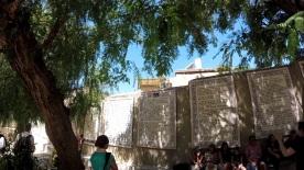 Sur les murs de la cour de l'église où est né saint Jean-Baptiste, le cantique de Zacharie est affiché dans toutes les langues.