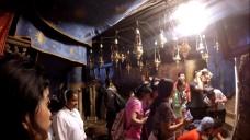 La foule des pèlerins se presse à l'endroit de la Nativité.