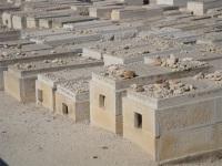 Sur les tombes du cimetière juif, des pierres matérialisent les prières des proches des défunts.