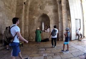 Une harpiste à l'une des portes de la vieille ville