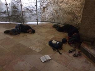 Oui, la fin de nuit de veille au Saint-Sépulcre fut UN PEU difficile...