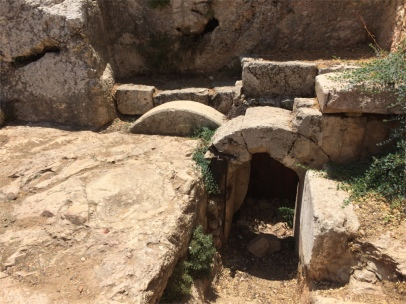 La tombe hérodienne du premier siècle, très bien conservée (on voit bien la pierre ronde qui ferme l'entrée du tombeau)