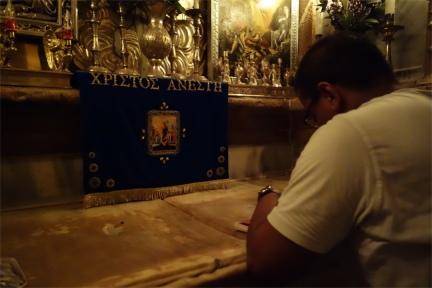 Philippe priant sur la pierre où reposa le corps du Christ