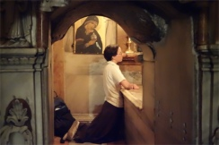 Soeur Monica priant dans le tombeau du Christ